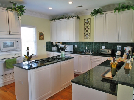 Large kitchen with granite countertops & new appliances